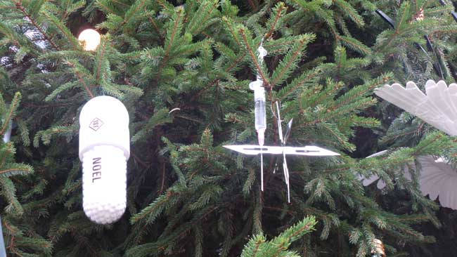 These decorations consist of a scalpel and a white pill.