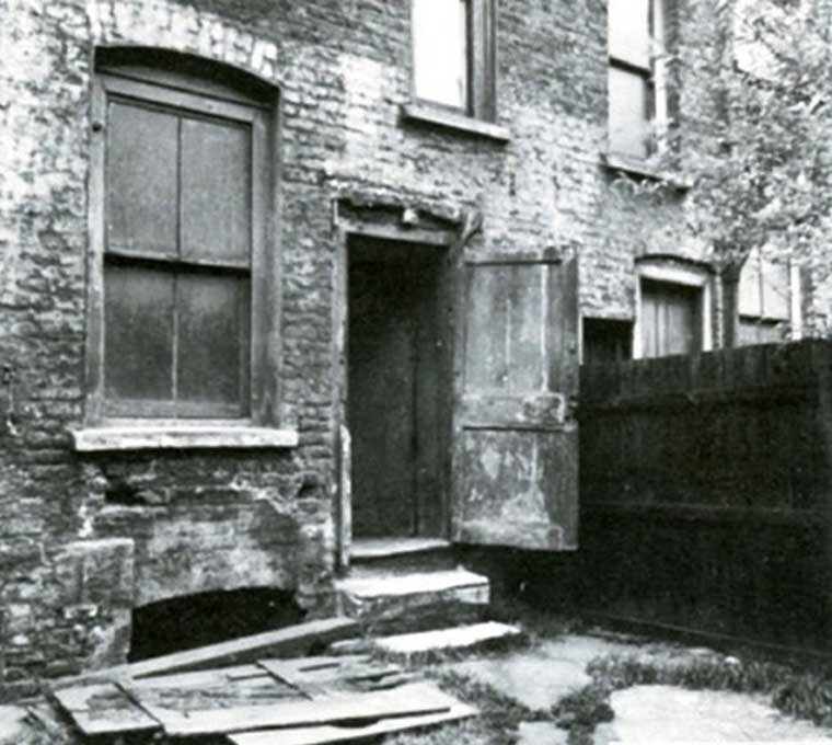 A photograph of the yard in which the murder occurred.